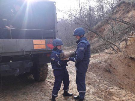 Рятувальники знищили два снаряда, знайдені біля траси Кропивницький-Аджамка. ФОТО