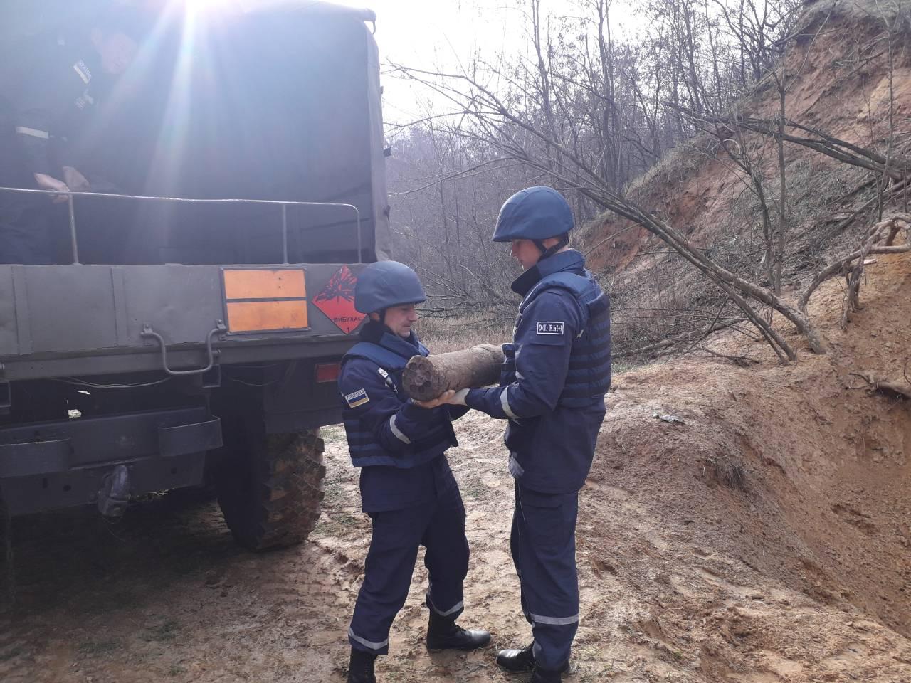 Без Купюр Рятувальники знищили два снаряда, знайдені біля траси Кропивницький-Аджамка. ФОТО Життя  траса снаряд Кропивницький ДСНС Аджамка