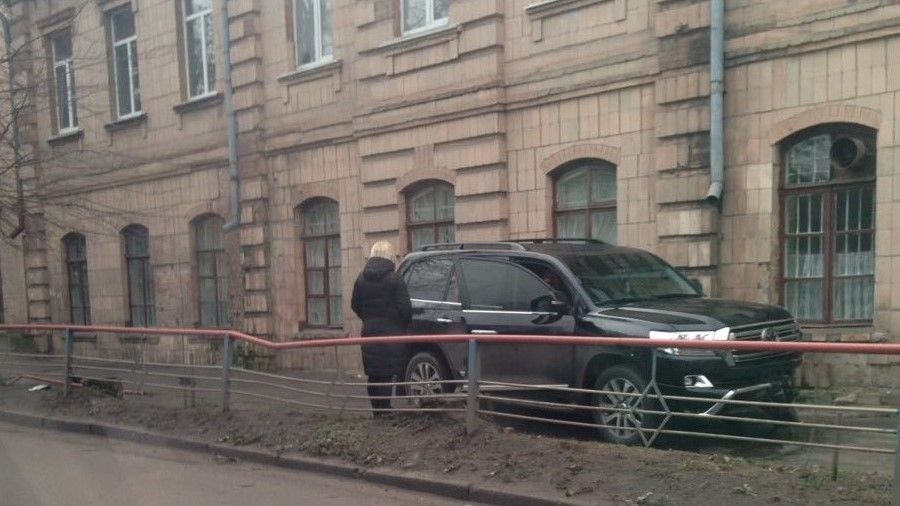 У Кропивницькому водій Toyota Land Cruiser, який кермував напідпитку, влетів у школу. ФОТО - 1 - Події - Без Купюр