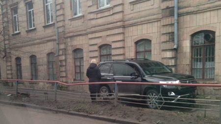 У Кропивницькому водій Toyota Land Cruiser, який кермував напідпитку, влетів у школу. ФОТО