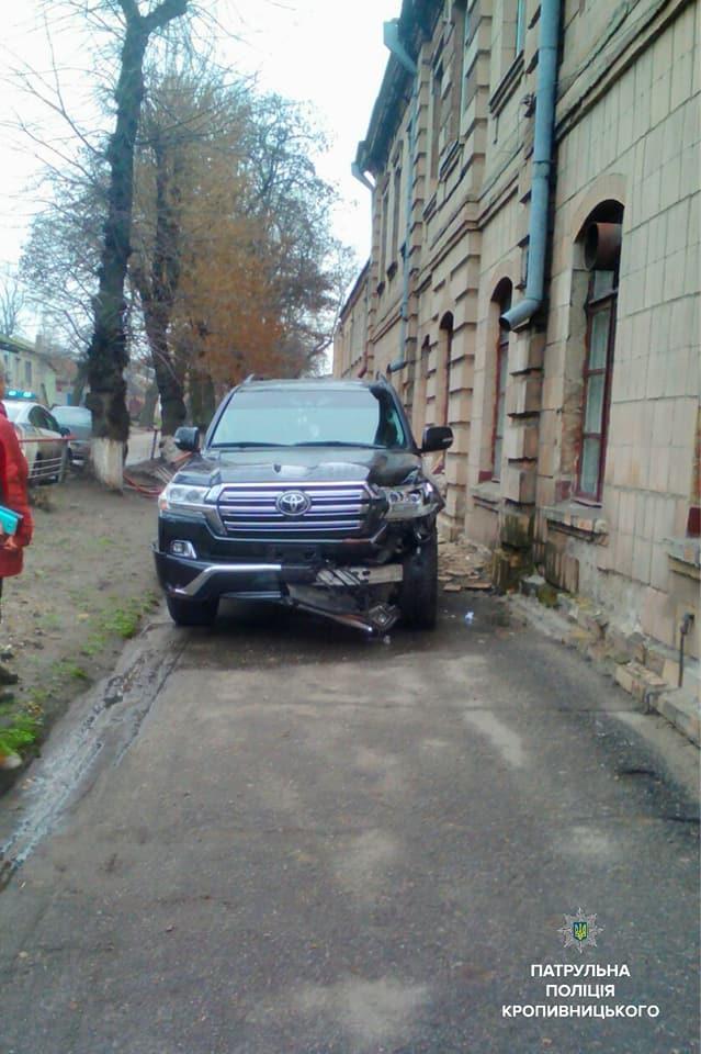 У Кропивницькому водій Toyota Land Cruiser, який кермував напідпитку, влетів у школу. ФОТО - 4 - Події - Без Купюр