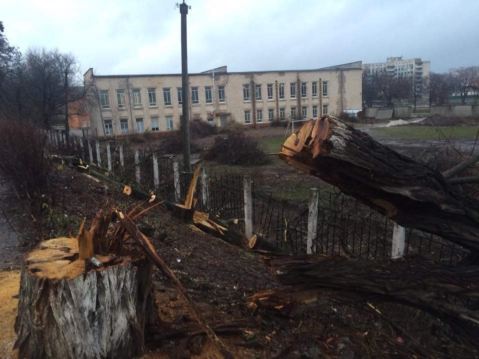 Студенти факультету фізвиховання записали звернення, щоб активісти «дали їм можливість побудувати стадіон» - 1 - Вiдео - Без Купюр