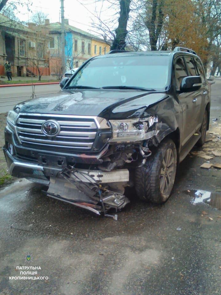 У Кропивницькому водій Toyota Land Cruiser, який кермував напідпитку, влетів у школу. ФОТО - 6 - Події - Без Купюр
