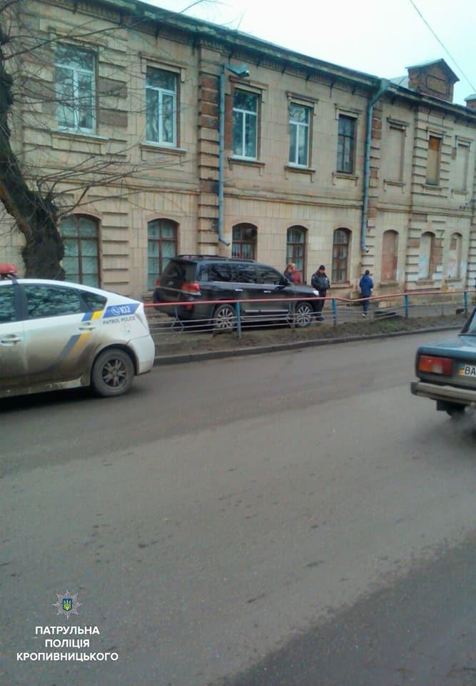 У Кропивницькому водій Toyota Land Cruiser, який кермував напідпитку, влетів у школу. ФОТО - 8 - Події - Без Купюр
