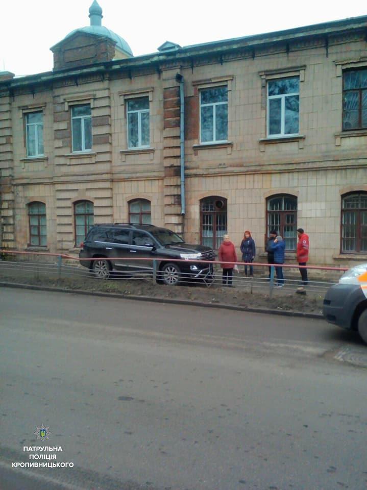 У Кропивницькому водій Toyota Land Cruiser, який кермував напідпитку, влетів у школу. ФОТО - 10 - Події - Без Купюр