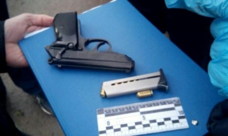У Кропивницькому у водія з ознаками наркотичного сп'яніння виявили пістолет, у пасажирів – наркотики? ФОТО