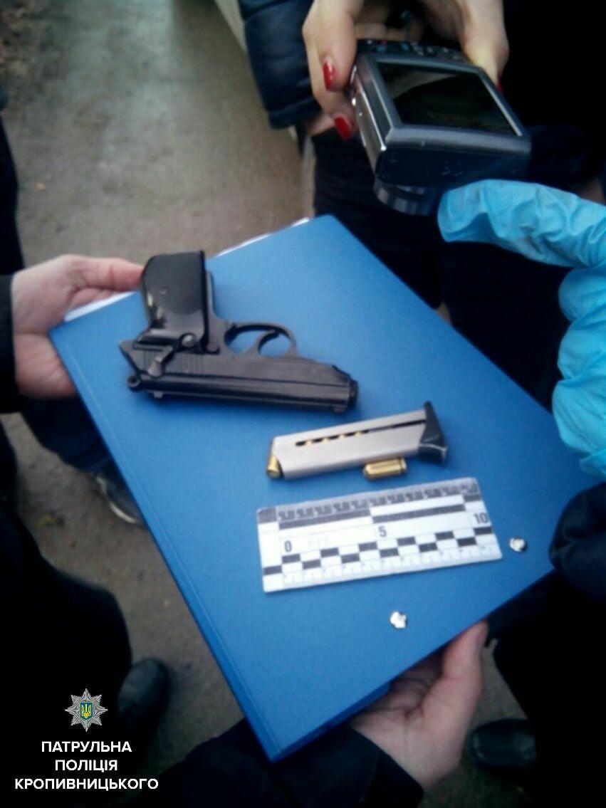 Без Купюр У Кропивницькому у водія з ознаками наркотичного сп'яніння виявили пістолет, у пасажирів - наркотики? ФОТО Кримінал  пістолет Патрульна поліція наркотики Кропивницький
