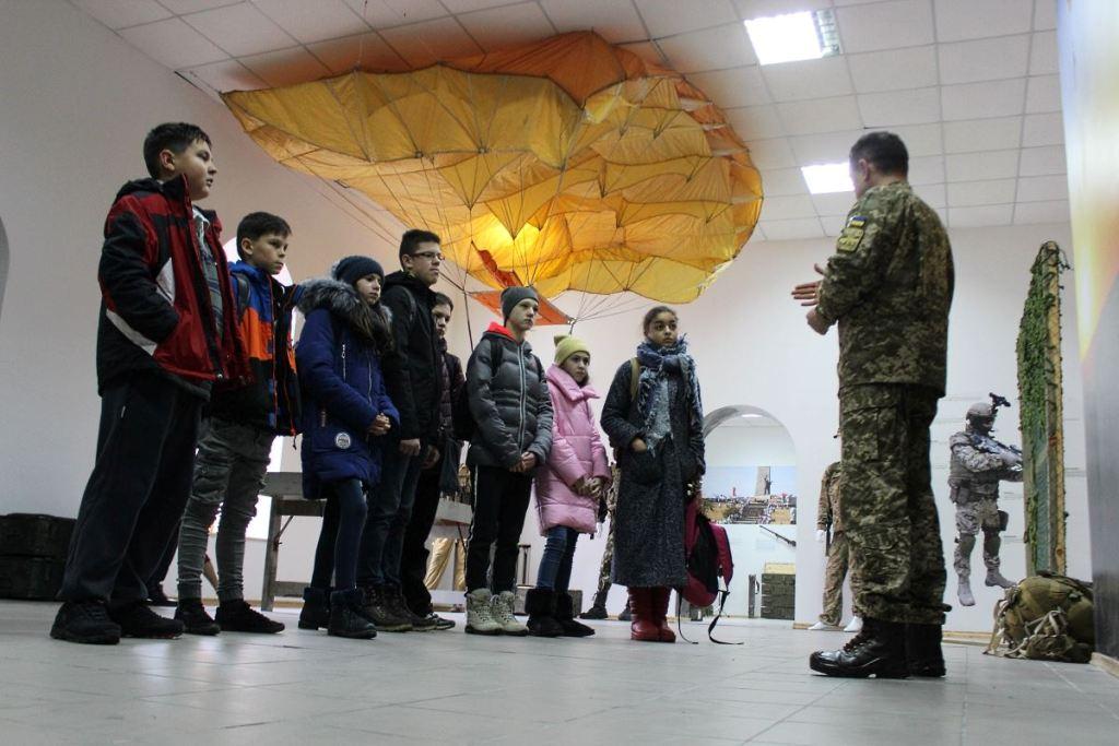Без Купюр | Події | У Кропивницькому учні альтернативної школи побували в музеї спецпризначенців. ФОТО 1