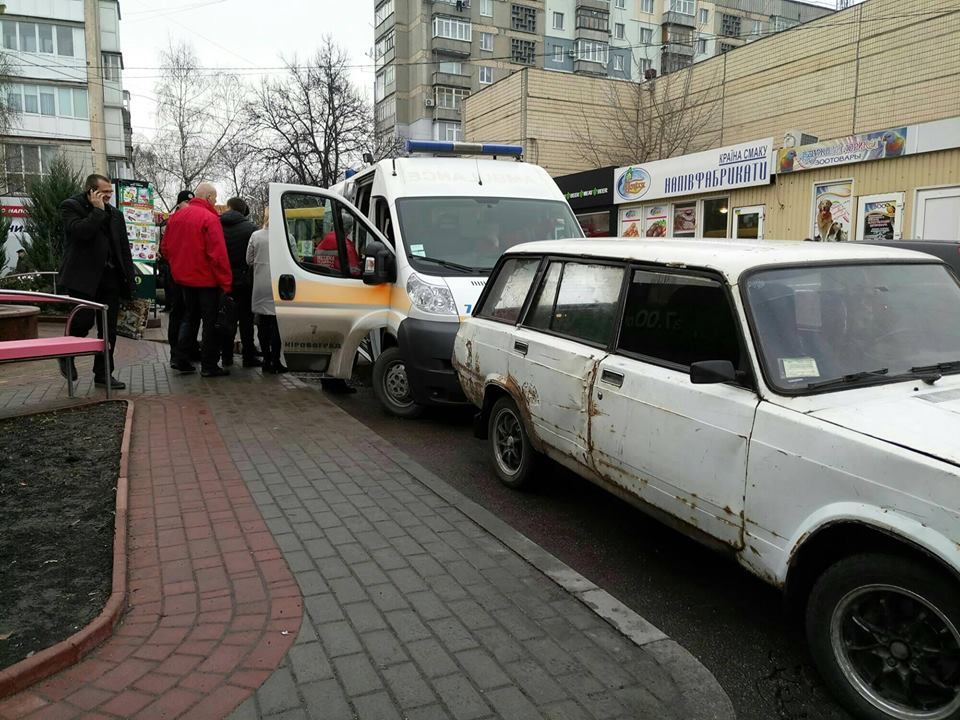 Без Купюр У Кропивницькому двоє попутників розбили голову пасажиру маршрутки. ФОТО Кримінал  Супермаркет напад Кропивницький