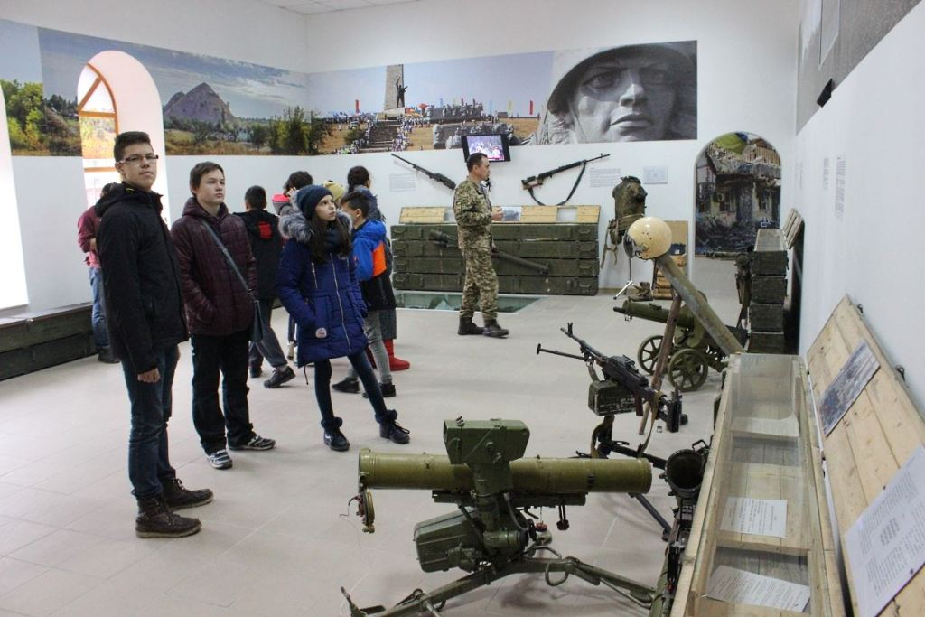 Без Купюр | Події | У Кропивницькому учні альтернативної школи побували в музеї спецпризначенців. ФОТО 7
