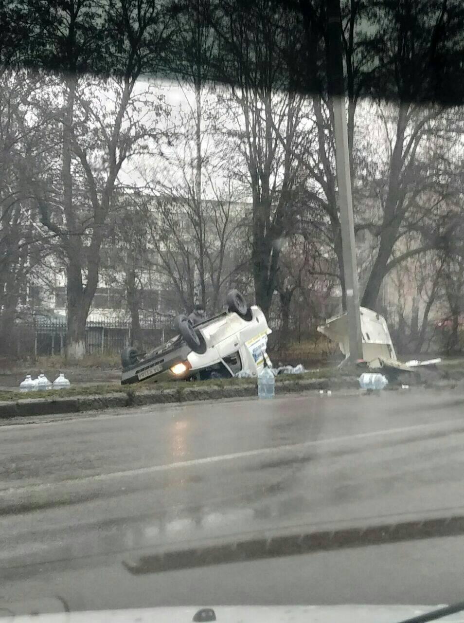 Без Купюр У Кропивницькому автівка вилетіла на узбіччя й перекинулась на дах. ФОТО Події  Кропивницький ДТП