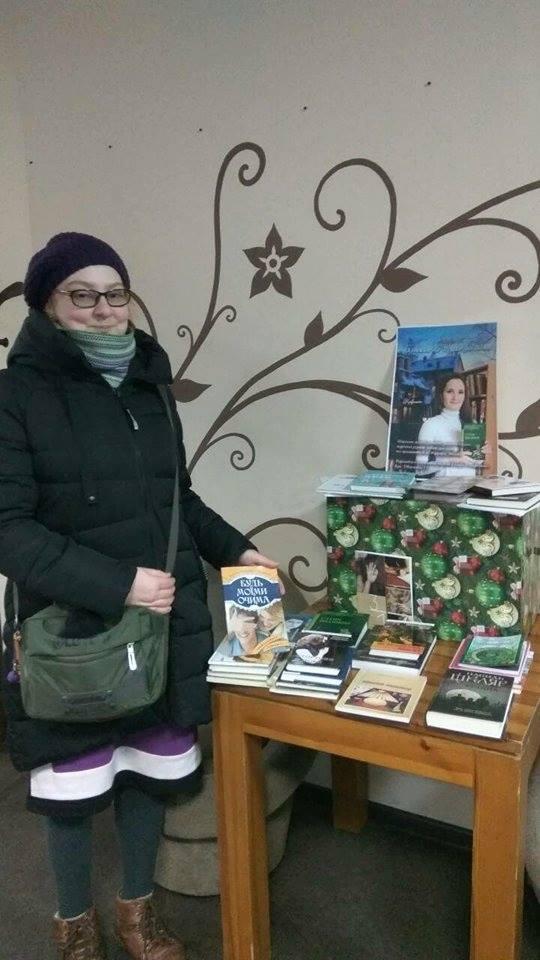 Артистка з Кропивницького зібрала до Різдва книжки для українок в Італії