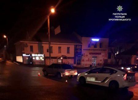 У Кропивницькому нетвереза жінка намагалася втекти від патрульних, залишивши авто на перехресті. ФОТО