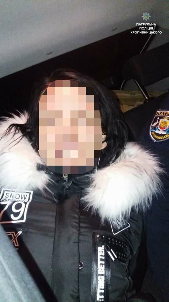 Без Купюр У Кропивницькому нетвереза жінка намагалася втекти від патрульних, залишивши авто на перехресті. ФОТО За кермом Події  Патрульна поліція нетвереза аодійка Кропивницький ДТП