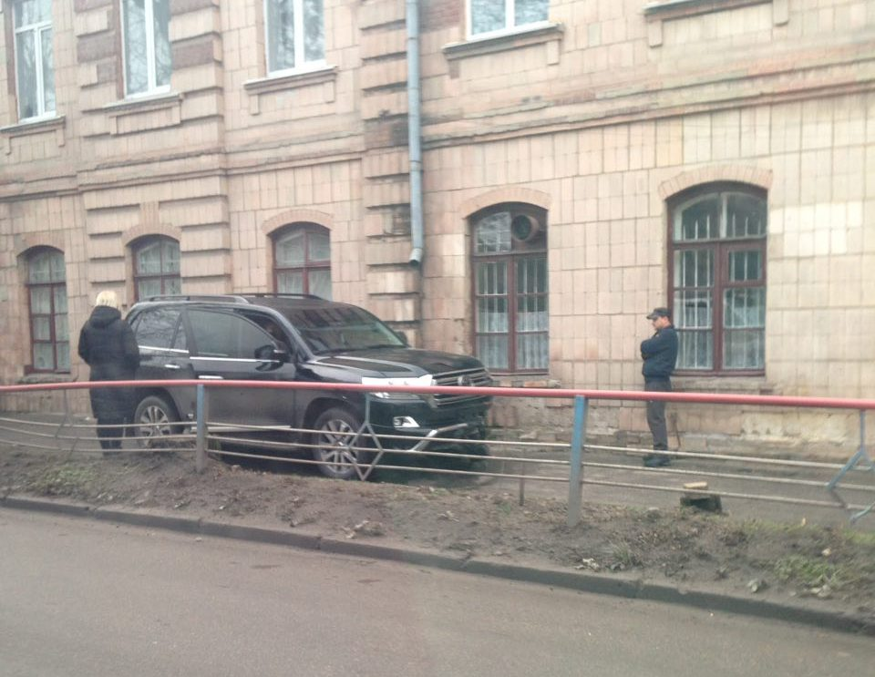 У Кропивницькому водій Toyota Land Cruiser, який кермував напідпитку, влетів у школу. ФОТО - 2 - Події - Без Купюр
