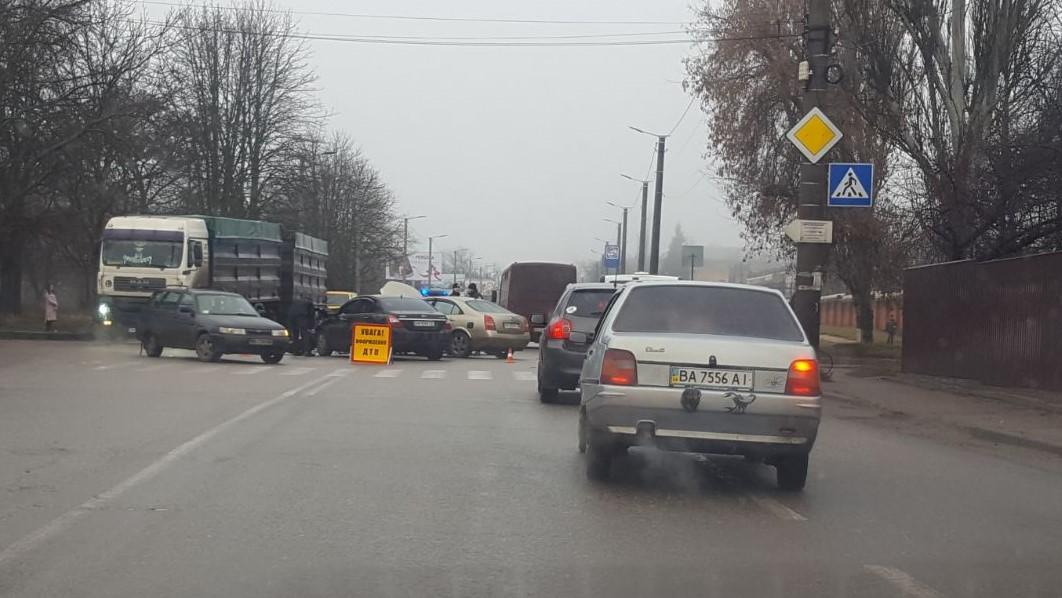 Без Купюр У Кропивницькому «Geely» врізався в «Nissan», який заглух на повороті. ФОТО, ВІДЕО Події  Кропивницький ДТП