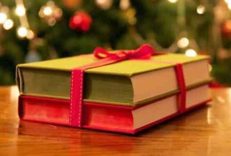 Для мам в телефоні – артистка з Кропивницького зібрала до Різдва книжки для українок в Італії. ФОТО