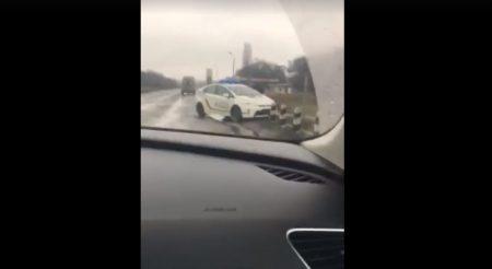 Під Кропивницьким службовий автомобіль патрульних послизнувся на мастилі. ВІДЕО