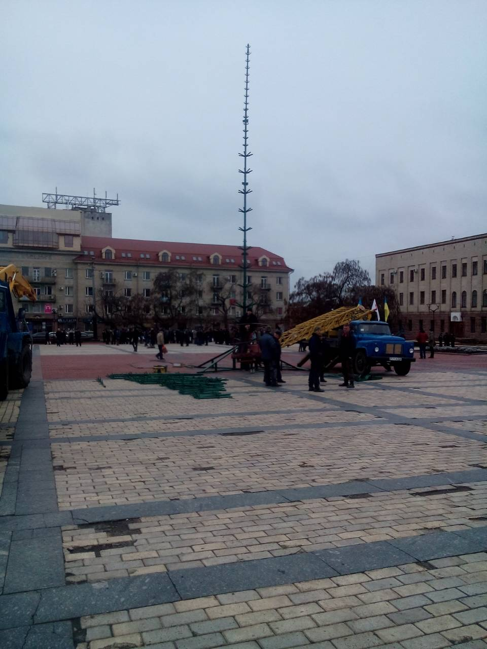 Без Купюр На центральній площі Кропивницького почали встановлювати новорічну ялинку. ФОТО Життя  ялинка Кропивницький встановлення