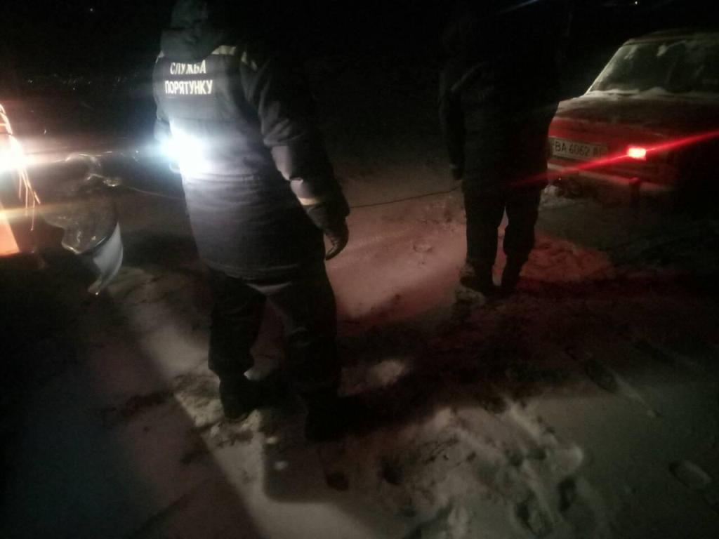 На Кіровоградщині зі складних ділянок дороги рятувальники витягнули 17 автомобілів. ФОТО 1 - Події - Без Купюр