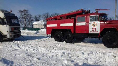 Рятувальники Кіровоградщини допомогли вибратись зі складних ділянок дороги майже 800 водіям. ФОТО