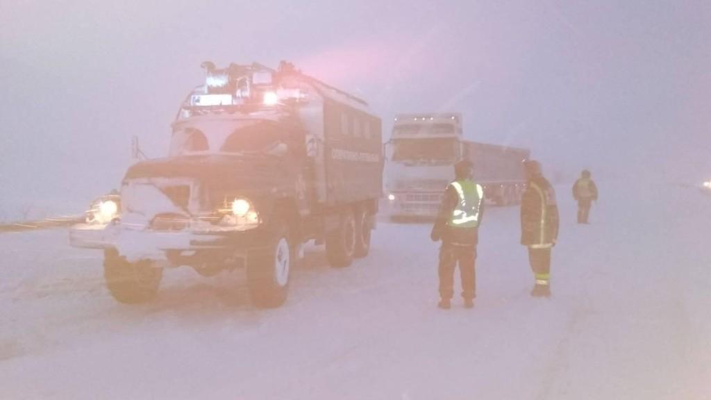 На Кіровоградщині зі складних ділянок дороги рятувальники витягнули 17 автомобілів. ФОТО 2 - Події - Без Купюр