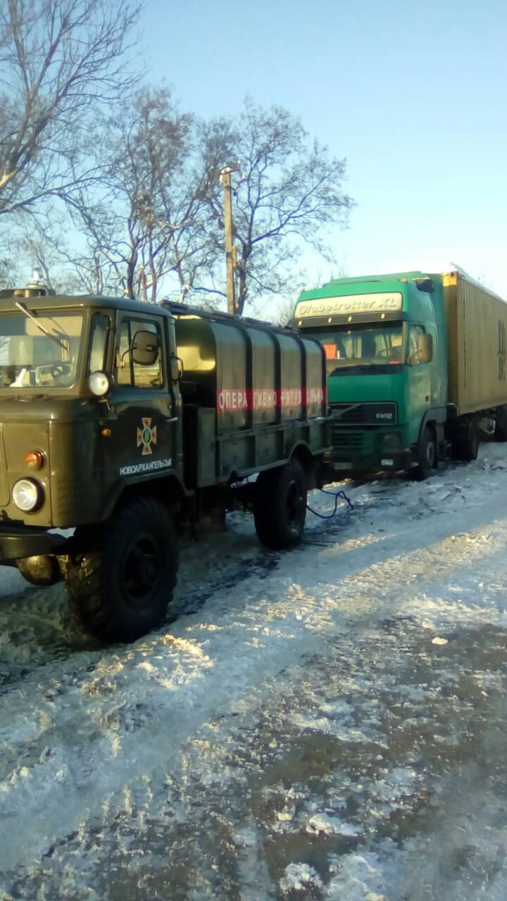 Рятувальники Кіровоградщини допомогли вибратись зі складних ділянок дороги майже 800 водіям. ФОТО 2