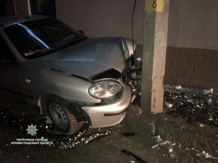 У Кропивницькому п'яний водій врізався в стовп. ФОТО
