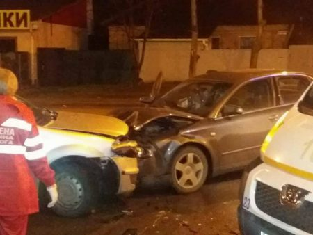У Кропивницькому водій Audi виїхав на зустрічну й врізався в Renault Logan. ФОТО