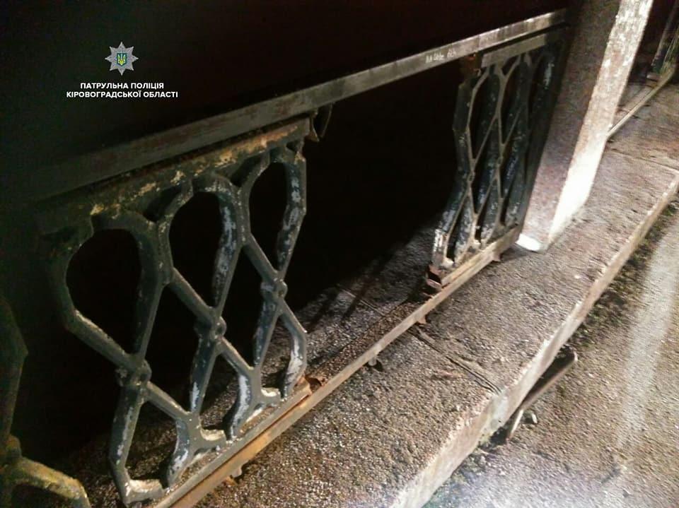 Без Купюр У Кропивницькому двоє чоловіків з кувалдами намагалися зняти паркан на Набережній. ФОТО Події  Набережна Кропивницький