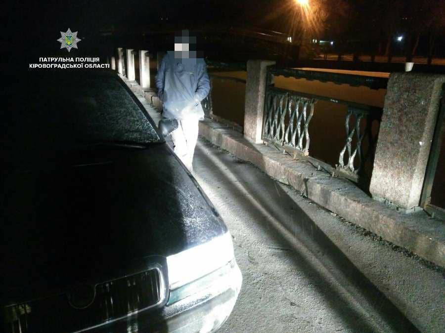 У Кропивницькому двоє чоловіків з кувалдами намагалися зняти паркан на Набережній. ФОТО - 2 - Події - Без Купюр