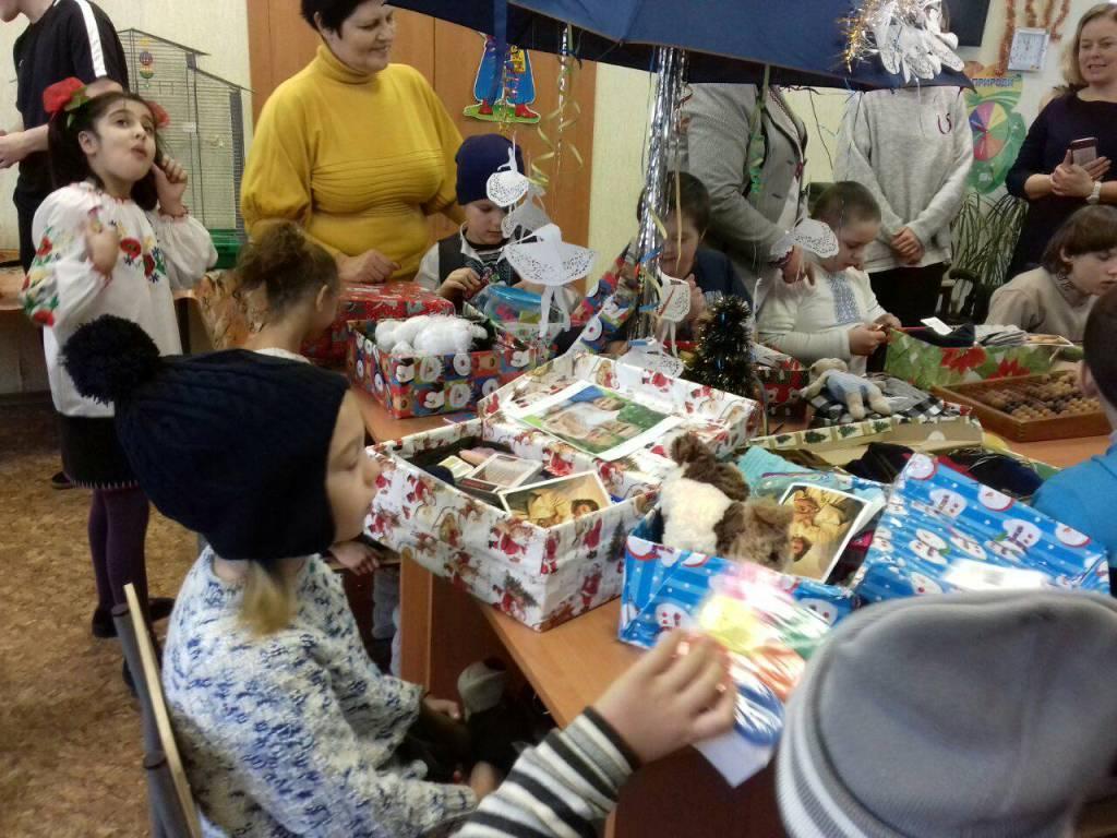 Різдво в коробках: діти з Кіровоградщини отримали подарунки від волонтерів з Ісландії. ФОТО - 2 - Благодійність - Без Купюр