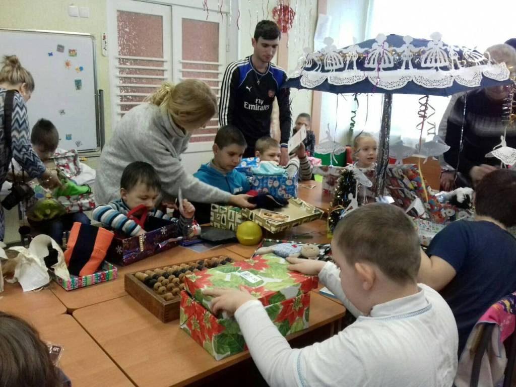 Без Купюр Різдво в коробках: діти з Кіровоградщини отримали подарунки від волонтерів з Ісландії. ФОТО Благодійність  Різдво в коробках Кропивницький волонтери благодійність