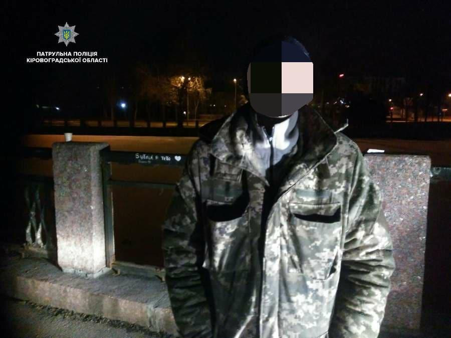 У Кропивницькому двоє чоловіків з кувалдами намагалися зняти паркан на Набережній. ФОТО - 1 - Події - Без Купюр