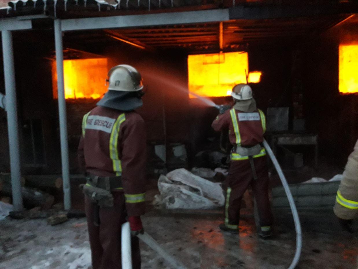 На Кіровоградщині під час гасіння пожежі двоє рятувальників постраждали через обвал стіни підпільного цеху. ФОТО - 2 - Події - Без Купюр