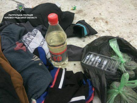 У Кропивницькому двоє чоловіків не донесли наркотики додому, бо занервували, побачивши копів