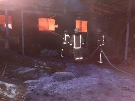На Кіровоградщині під час гасіння пожежі двоє рятувальників постраждали через обвал стіни підпільного цеху. ФОТО