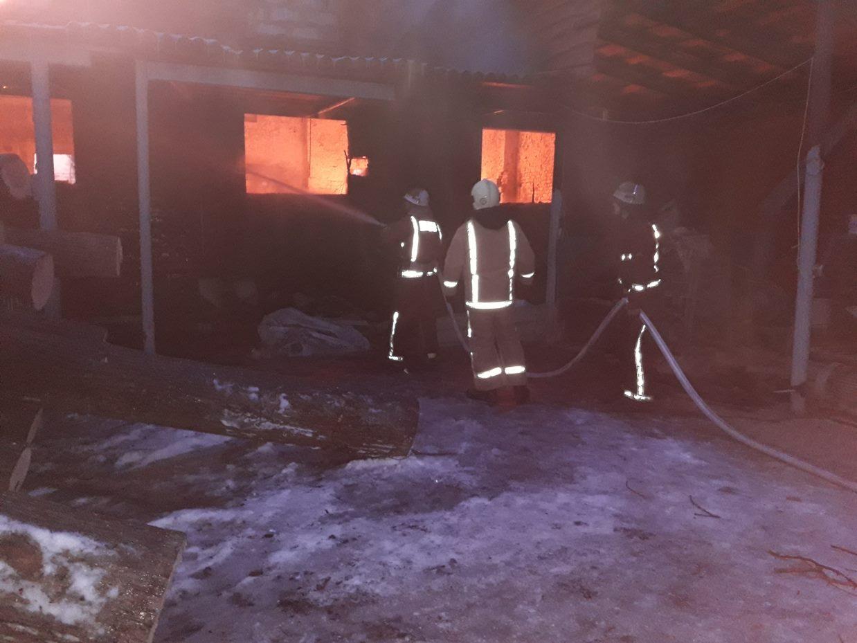 На Кіровоградщині під час гасіння пожежі двоє рятувальників постраждали через обвал стіни підпільного цеху. ФОТО - 1 - Події - Без Купюр