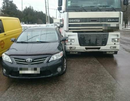 У Кропивницькому чергова ДТП: Toyota Camry невдало обігнала вантажівку