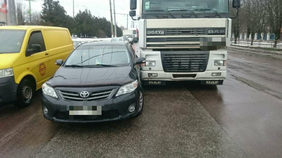 У Кропивницькому чергова ДТП: Toyota Camry невдало обігнала вантажівку - 4 - За кермом - Без Купюр