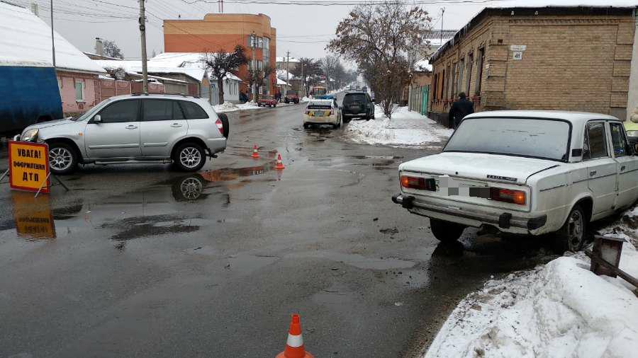 """ДТП у Кропивницькому: від зіткнення з """"Чері"""", жигуль відкинуло на узбіччя. ФОТО 1"""