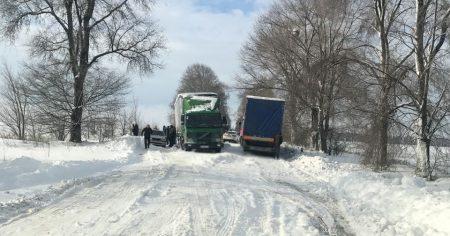 У західних районах Кіровоградщини через снігопади утворилися затори на дорогах із кількох десятків авто. ФОТО