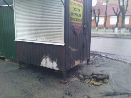Кіровоградщина: у Знам'янці  підпалили кіоск із газетами, підклавши шину. ФОТО