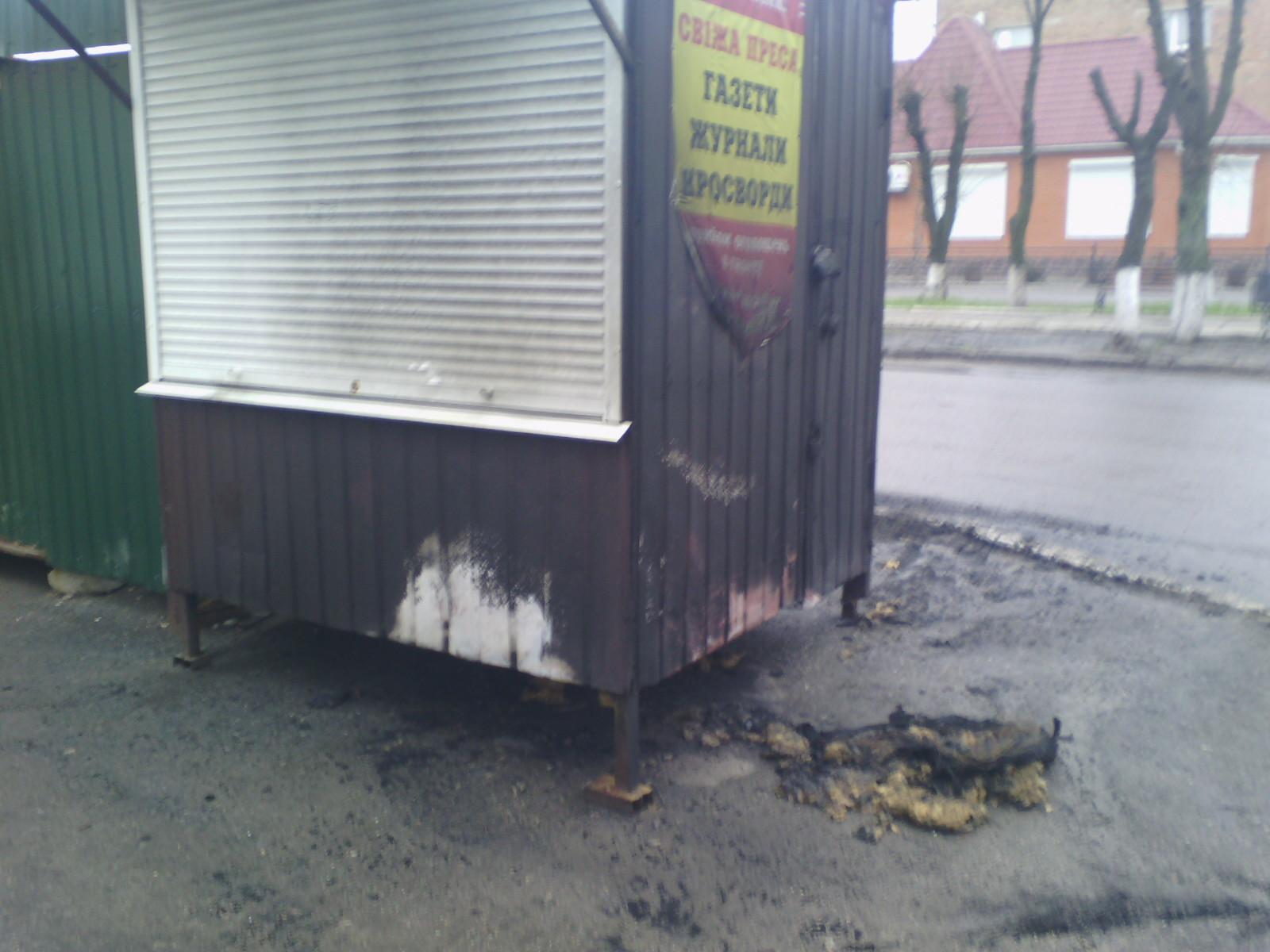 Кіровоградщина: у Знам'янці  підпалили кіоск із газетами, підклавши шину. ФОТО 2