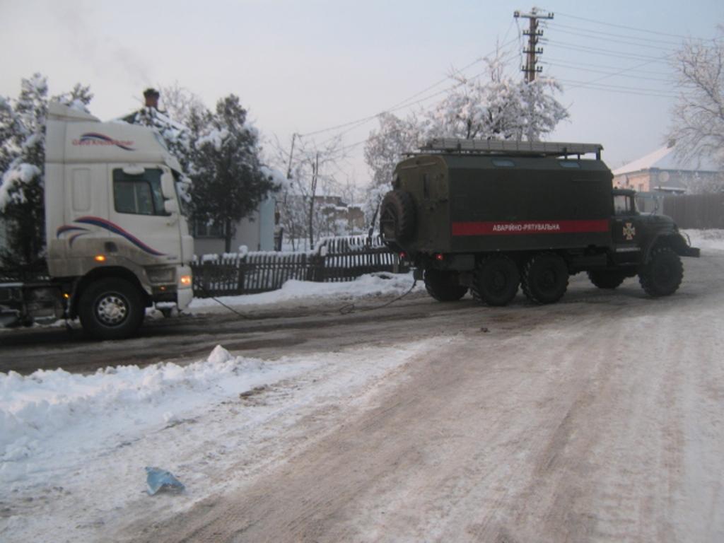 Під час снігопадів рятувальники Кіровоградщини 74 рази виїздили на допомогу водіям. ФОТО 2 - Події - Без Купюр