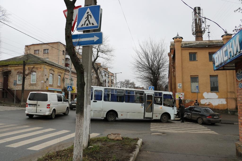 У Кропивницькому легковик зіткнувся з автобусом. ФОТО - 1 - Події - Без Купюр