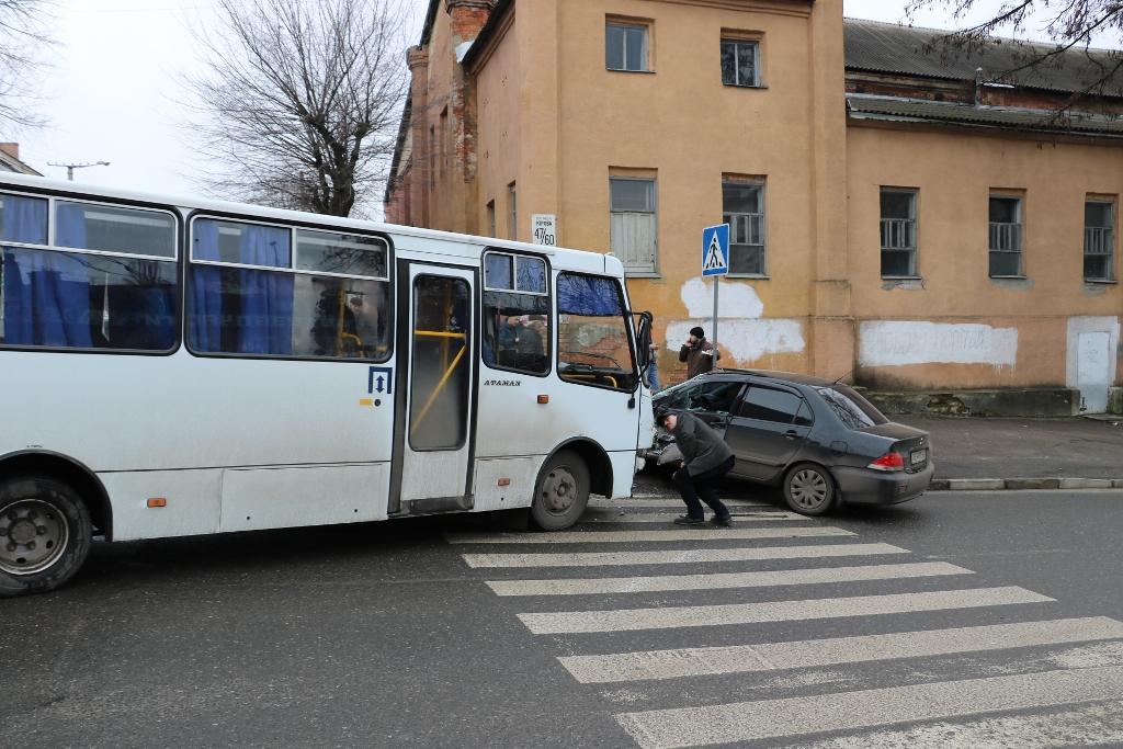 У Кропивницькому легковик зіткнувся з автобусом. ФОТО - 2 - Події - Без Купюр