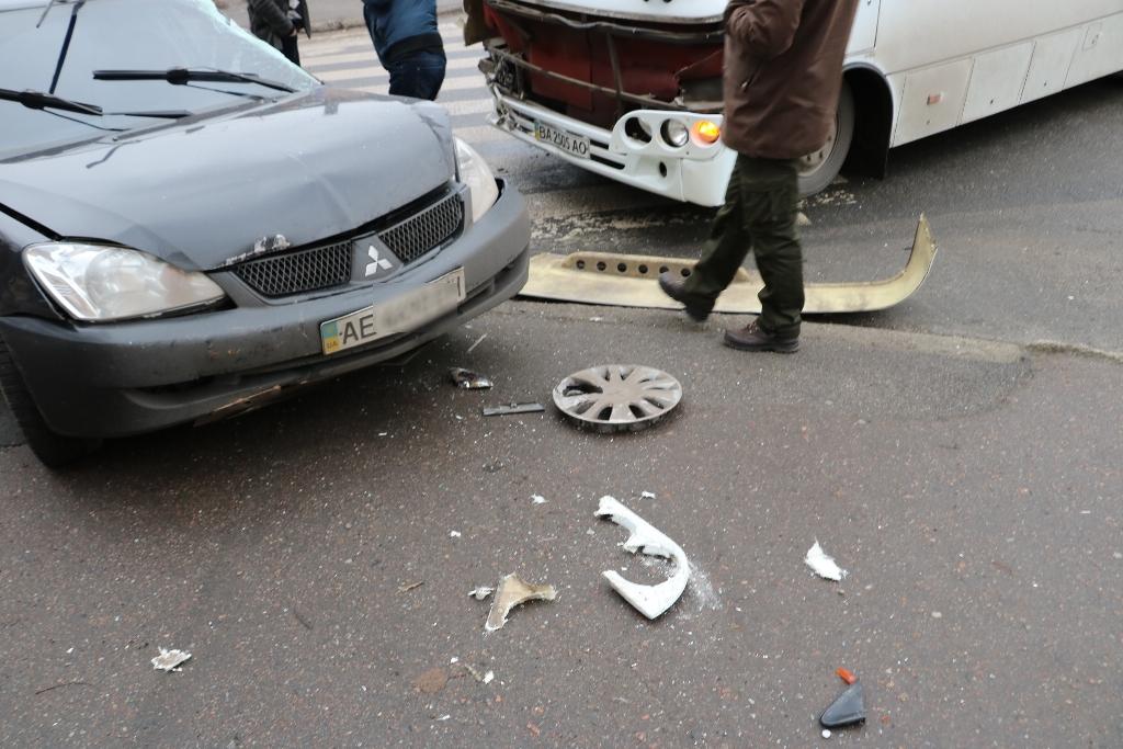У Кропивницькому легковик зіткнувся з автобусом. ФОТО - 3 - Події - Без Купюр