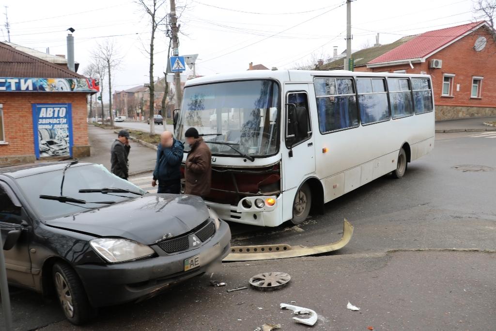 Без Купюр У Кропивницькому легковик зіткнувся з автобусом. ФОТО Події  Кропивницький ДТП автобус