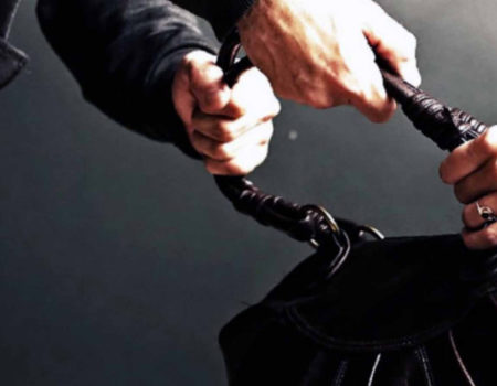 У Кропивницькому на центральній вулиці чоловік вихопив сумочку в перехожої. ФОТО